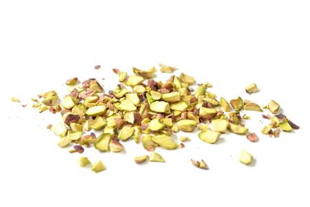 picada: pistachos sin cáscara cortada en pedazos en el fondo blanco