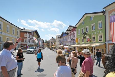 guia turistico: guía local lleva a los turistas a visitar la ciudad de Mondsee en Salzburgo, Austria. Editorial