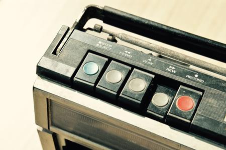 하나의 카세트 플레이어로 먼지가 낡은 라디오, 언론 되감기 스톡 콘텐츠