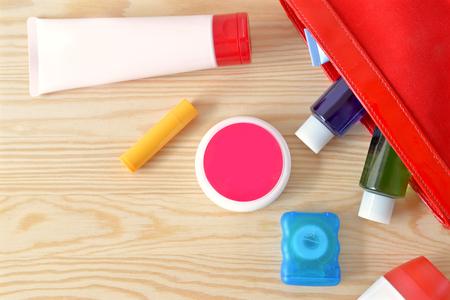 articulos de baño: artículos de higiene personal de colores en el armario