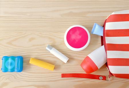 productos de aseo: art�culos de higiene personal de colores en el armario