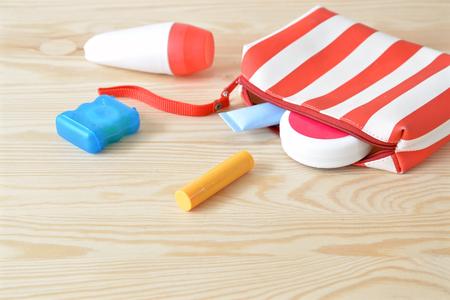 productos de aseo: artículos de higiene personal de colores en el armario