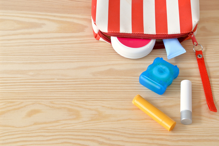 articulos de ba�o: art�culos de higiene personal de colores en el armario