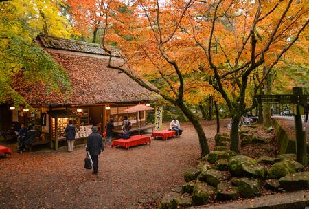 I turisti si riposano, consumano cibo e tè nella tradizionale casa da tè in stile dopo una passeggiata nel parco di Nara, a Nara, in Giappone Archivio Fotografico - 68012740
