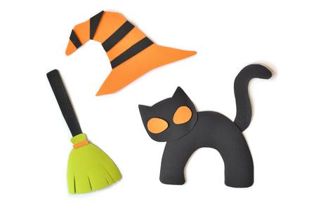 Schwarze Katze Halloweens, Hexenbesen und -hut auf dem weißen Hintergrund - lokalisiert Standard-Bild - 87985613