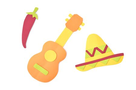 Sombrero and guitar paper cut on white background - isolated Banque d'images