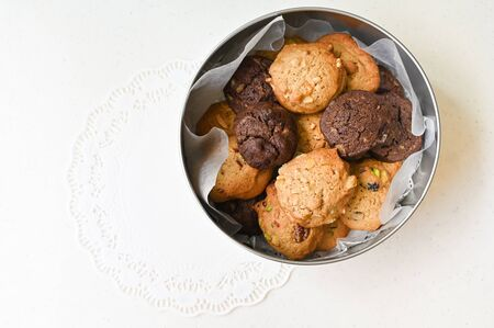 Homemade cookies in round tin box on white background 写真素材 - 134716405