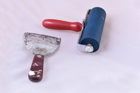 trabajo manual: Enyesado y el rodillo de equipo, aislado en blanco.