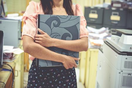 mujeres trabajando: Los trabajadores de oficina femenina, concepto de la mujer trabajadora Foto de archivo