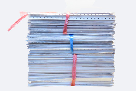documentos: una carpeta con documentos y documento importante, el fondo aislado Foto de archivo