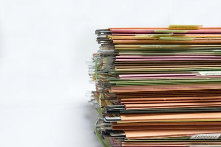 folder: una carpeta con documentos y documento importante, el fondo aislado Foto de archivo