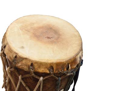 bateria musical: tambor, la producci�n del tambor en tambores hechos de piel de vaca en el fondo aislado Foto de archivo