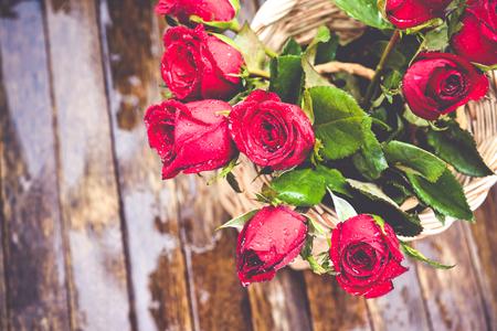 rosas rojas: Rosas rojas en el fondo de madera, Fondo de Valentín, día de la boda Foto de archivo