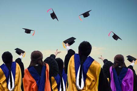 GRADUADO: Los graduados universitarios expresar su alegría por tirar el sombrero.