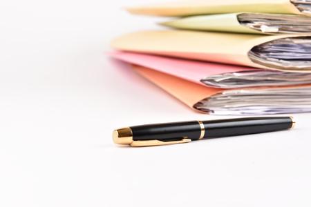 een bestandsmap met documenten en pen op geïsoleerde achtergrond Stockfoto