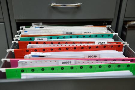 金属製キャビネットに配置されるファイル。 写真素材