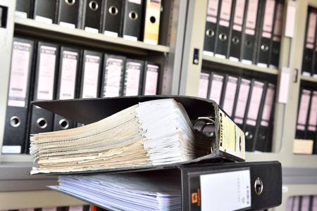 Archivo de documento en el almacén de la oficina.