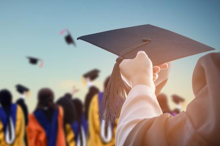 卒業生は、キャンパス内にお祝い帽子を保持します。