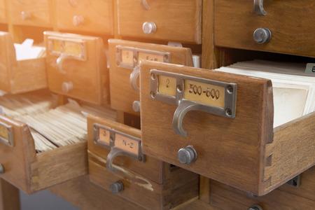 Armarios indexados en una biblioteca hechos de madera. Foto de archivo