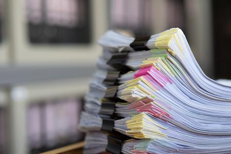 Documentos importantes colocados en un escritorio en la oficina. Foto de archivo