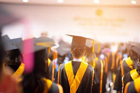 I laureati indossano cappelli neri, cappelli neri. I laureati si uniscono alla cerimonia di laurea all'università.