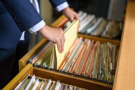 Los empleados gestionan documentos en la oficina.