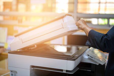 Büromitarbeiter beim Fotokopieren am Dokumentenhersteller