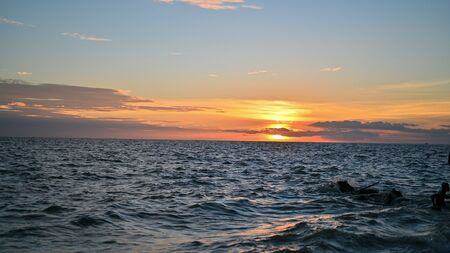 During the evening, the sun sets at the sea. Stockfoto