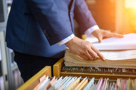 Working women manage to find office documents Zdjęcie Seryjne - 131775702