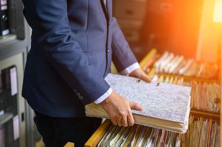 Working women manage to find office documents Zdjęcie Seryjne - 131775722
