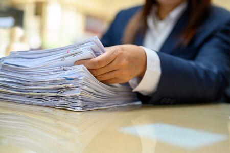 Working women manage to find office documents Zdjęcie Seryjne - 131775794
