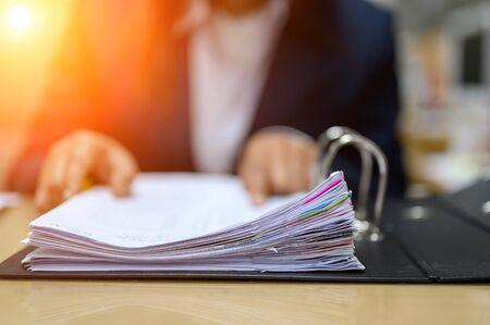 Working women manage to find office documents Zdjęcie Seryjne - 131776648