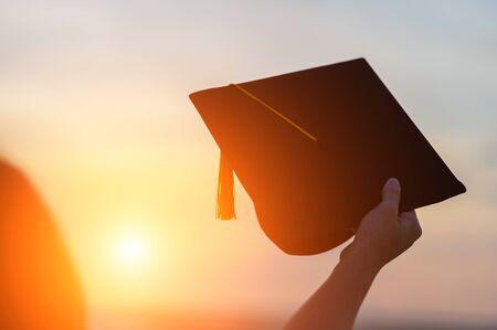 毕业生戴着黑帽子代表毕业的祝贺
