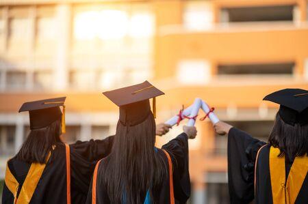 一个拥有大学文凭的女性毕业生持有向前提出的文凭
