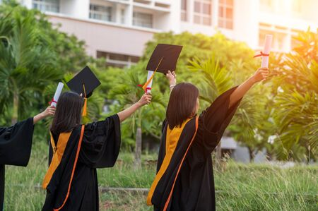 亚洲毕业生,大学毕业生,站在前面的黑帽子