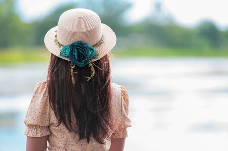 Female tourists wear glasses, wear a hat, travel and travel in natural style.