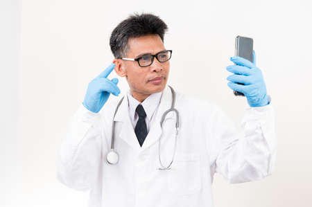 Portrait Male doctor holding a syringe and vaccine bottle with isolated background Standard-Bild