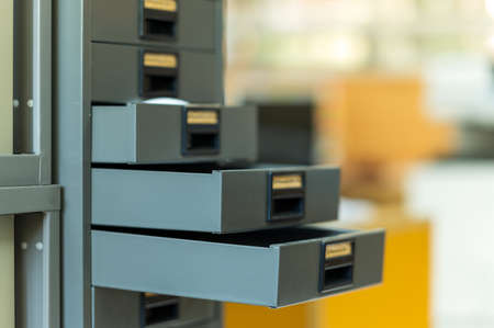 black graduation cap placed on a wooden table 免版税图像