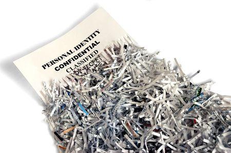 ladrones: Desmenuzado papel que representa la protecci�n de la intimidad  Foto de archivo