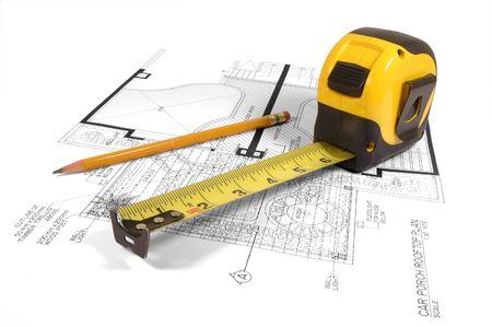 cinta metrica: Una cinta m�trica y un l�piz sobre un dibujo de construcci�n de una casa (dise�o y los dibujos por el peticionario)  Foto de archivo