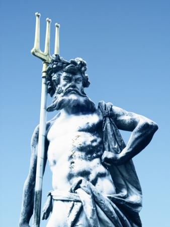 neptuno: Poseidón o Neptuno en la mitología romana, el dios del mar, los terremotos y los caballos con el tridente símbolo