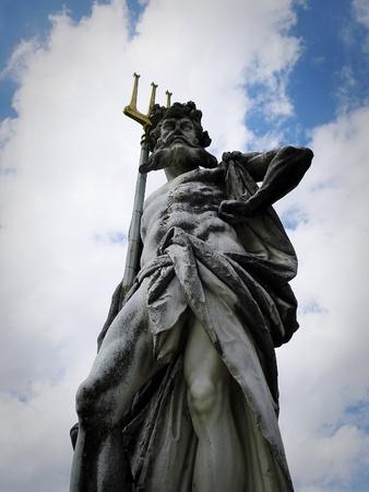 neptuno: Escultura de Poseidón o Neptuno en la mitología romana, el dios del mar, los terremotos y los caballos con el tridente símbolo. Foto de archivo