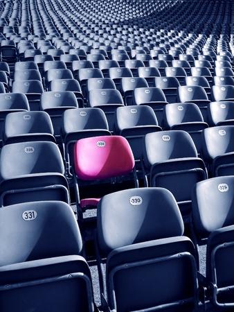 solter�a: Concepto de singularidad representada por rojo-rosado estadio con capacidad de color. Hay Foto de archivo