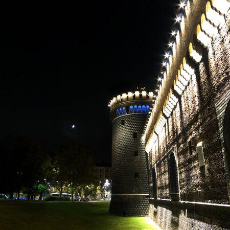 milánó: Éjszakai felvétel előtt torony Sforza-kastély Milánó, Olaszország.