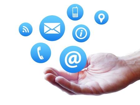 iletişim: Web sitesi ve internet bize simgesi beyaz zemin üzerine izole bir adam taraftan çırpınan ile sayfa kavramını temas
