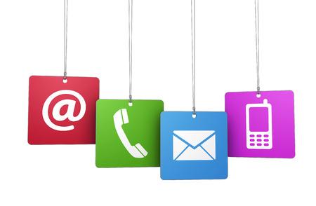 Web en internet contact met ons symbool op kleurrijke opgehangen tags met op, e-mail, mobiele telefoon en pictogrammen geïsoleerd op een witte achtergrond. Stockfoto