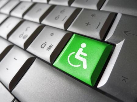 Web concetto di accessibilità dei contenuti con l'icona della sedia a rotelle e il simbolo su un tasto del computer verde per Blog e business online.