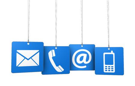 Web sitesi, blog ve hat iş dört mavi Askılı etiketleri bize e-posta, cep telefonu ve simgesini ve sembolü ile internet kavramını başvurun.
