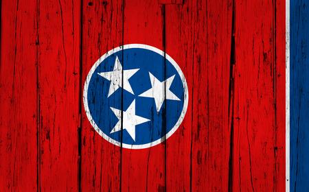 tennesse: Tennessee madera de fondo del grunge con bandera de Tennessean Estado pintado en la pared de madera envejecida. Foto de archivo