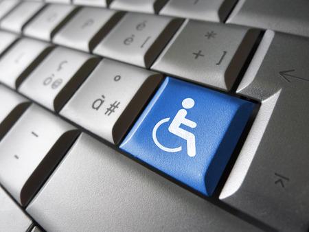 Web concetto di accessibilità dei contenuti con l'icona sedia a rotelle e il simbolo su un tasto del computer blu per Blog e business online.